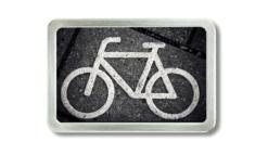 Gürtelschnalle mit Foto von dem Fahhrad mit welchem ein Fahrradweg gekennzeichnet wird.