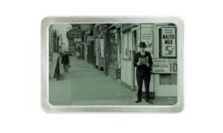 Mann mit Zeitung auf Strasse