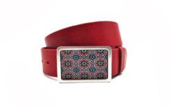 Roter Ledergürtel und Gürtelschnalle mit Ornament