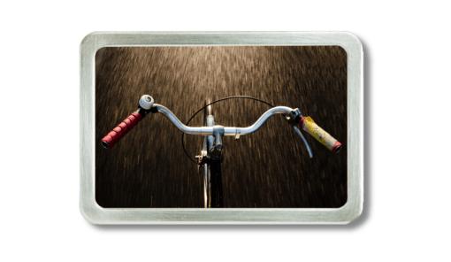 Gürtelschnalle mit dem Foto eines Fahrradlenkers, freihändig fahrend fotografiert
