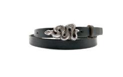 schwarzer Ledergürtel mit einer Schlange als Gürtelschnalle