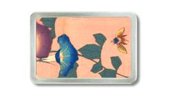 Gürtelschnalle mit Blüten und einer Hummel auf rosa Grund