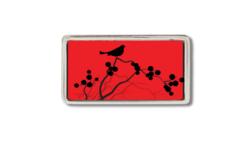 schmale Gürtelschnalle mit einem Vogel auf einem Ast vor rotem Grund