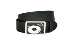 Schwarzer Ledergürtel mit Plattenspieler als Gürtelschnalle