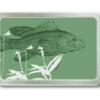 Gürtelschnalle mit Motiv von einem Fisch auf grünem Grund.